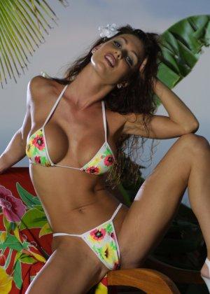 Красивая девушка в мини бикини - фото 11