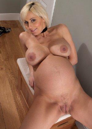 Беременная блондинка с большой грудью снимается на камеру - фото 21