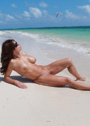 Горячая модель в зрелом возрасте позирует на пляже - фото 4
