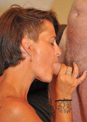 Зрелая пара занимается оральным сексом в своем доме - фото 22