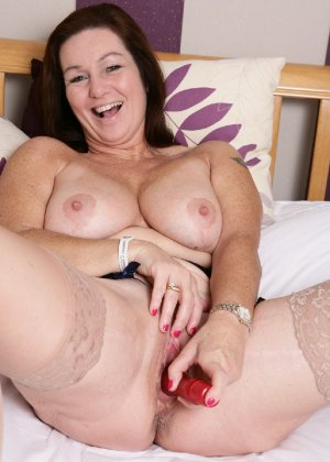 Зрелая британская женщина на все готова в постели - фото 24