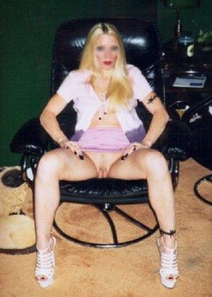 Блонда осталась одна дома и засветила свою киску в камеру - фото 16