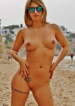 Блондинка на пляже в розовом купальнике раздевается - фото 29