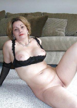 Зрелая женщина выставляет на показ свои прелести в эротическом белье - фото 59