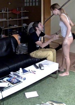 Спрятанная камера постоянно снимает дом и находящихся в нем парней и девушек - фото 42