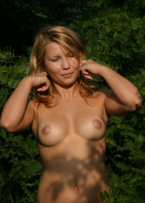 Девушка снимается раздетой в лесу, а потом дома отсасывает фотографу - фото 31
