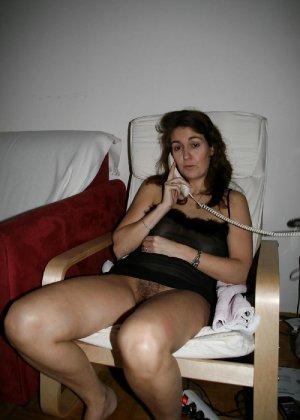 Сексуальная зрелая женщина открывает вид  на все свои дырочки - фото 23