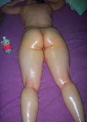 Домашние извращенки обмазались маслом и фотографируются на кровати - фото 16