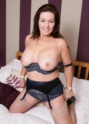 Зрелая британская женщина на все готова в постели - фото 6