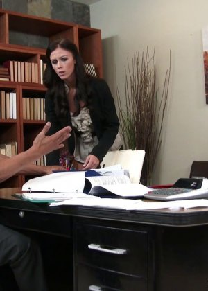 Выебал на офисном столе большим хуем худую женщину - фото 2