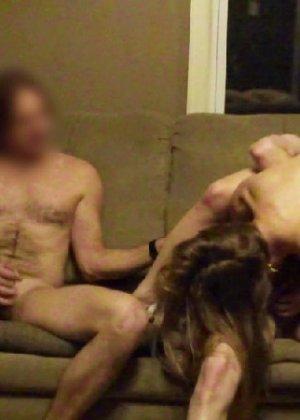 Два парня развлеклись дома со своей подругой - фото 11