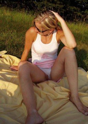 Женщина в тёмных очках показывает свои дырки на отдыхе - фото 21