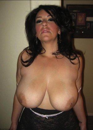 Очень горячая милфа с большой грудью позирует в квартире для всех - фото 19