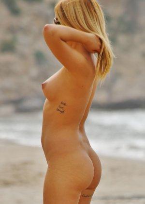 Блондинка на пляже в розовом купальнике раздевается - фото 26