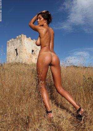 Девушка с большими сиськами фотографируется в поле - фото 46