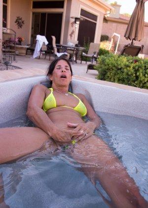 Женщина с большим клитором и в желтом купальнике расслабляется в ванной - фото 61