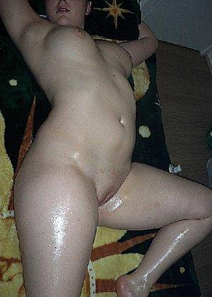 Домашние извращенки обмазались маслом и фотографируются на кровати - фото 33