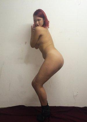Рыжая соблазнительница фоткается обнаженной с вручённой ей запиской - фото 6