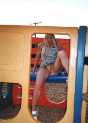 Девчата катаются без трусиков на горках во дворе и сверкают кисками - фото 8