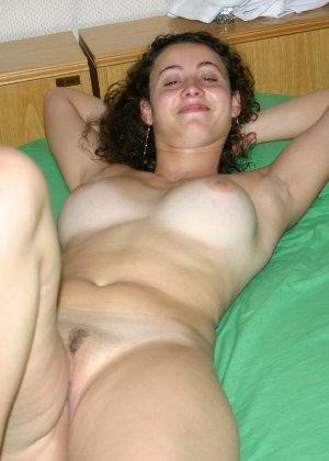 Голая женщина позволяет снимать себя на зеленой простыне - фото 11