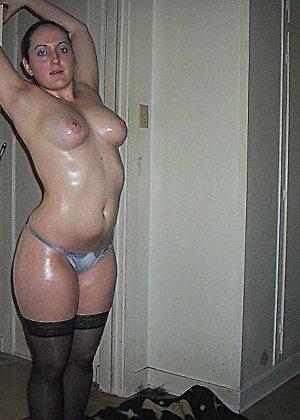 Девушка покрыла себя маслом и начала позировать мужу на кровати - фото 3