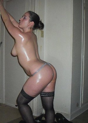 Девушка покрыла себя маслом и начала позировать мужу на кровати - фото 4