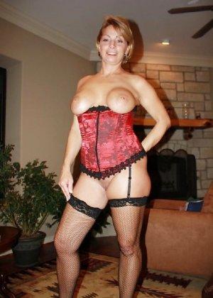 Зрелая женщина выставляет на показ свои прелести в эротическом белье - фото 25