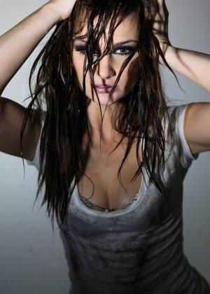 Эротичная Лили Картер в мокрой майке - фото 11