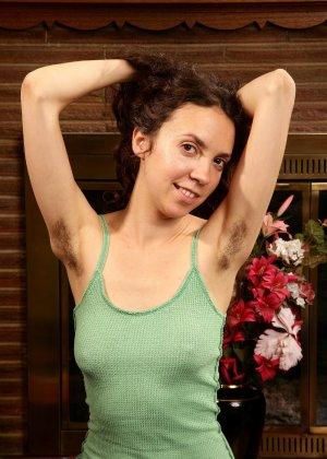Зрелая дама с волосатыми подмышками и обвисшей грудью - фото 8