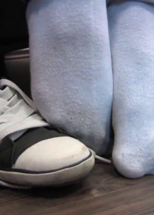 Милая куколка демонстрирует свои подмышки, снимает кеды и показывает ножки - фото 18