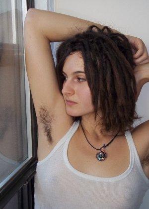 Волосатая хипстерша Яна с дредами не бреет подмышки и киску - фото 45