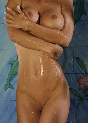 Джессика принимает публичный душ - фото 15