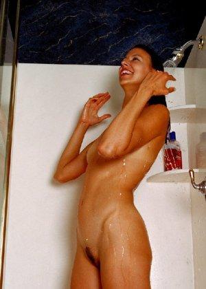 Стройная и зрелая женщина Александра купается в душе - фото 2