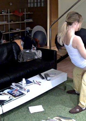 Спрятанная камера постоянно снимает дом и находящихся в нем парней и девушек - фото 47