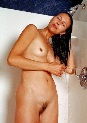 Стройная и зрелая женщина Александра купается в душе - фото 5