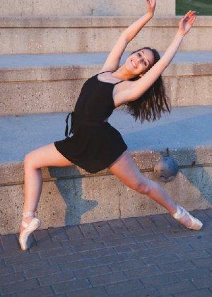 Порно фотки милой балерины, красавица сосет член своего парня с удовольствием - фото 3