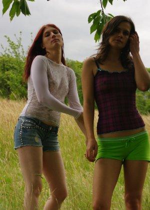 Немецкие студентки разделись ради хорошей фотосессии на природе - фото 11