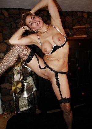 Зрелая женщина выставляет на показ свои прелести в эротическом белье - фото 30