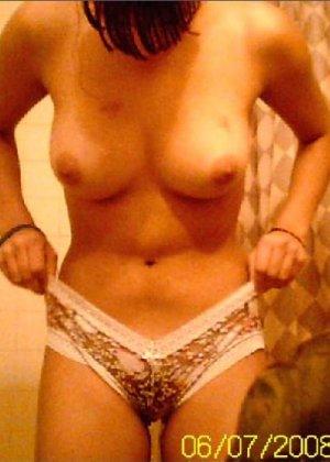 Брюнетка любит чтобы ее фоткали когда она переодевается в гардеробной - фото 32