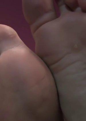 Милая куколка демонстрирует свои подмышки, снимает кеды и показывает ножки - фото 64