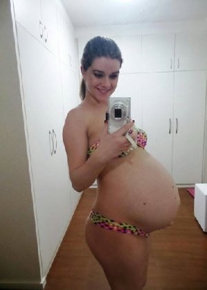 Беременная девушка не может налюбоваться собой и фоткается везде - фото 3