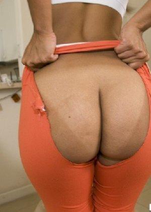 Латино-американка с огромной задницей любит показать ее везде - фото 13