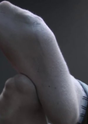 Милая куколка демонстрирует свои подмышки, снимает кеды и показывает ножки - фото 29