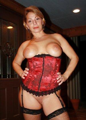 Зрелая женщина выставляет на показ свои прелести в эротическом белье - фото 22
