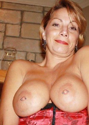 Зрелая женщина выставляет на показ свои прелести в эротическом белье - фото 6