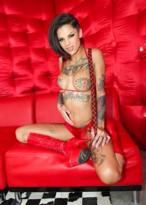Две татуированные красотки показывают свои соблазнительные тела, давая рассмотреть все самые эротичные места - фото 3