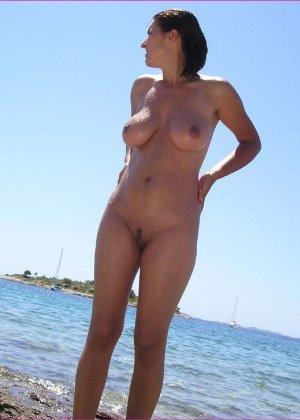 Секси куколка Марианна позирует для нас голой на пляже - фото 14