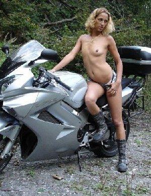 Девка фоткается голой на мотоцикле среди зелени - фото 11