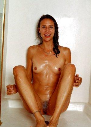 Стройная и зрелая женщина Александра купается в душе - фото 15
