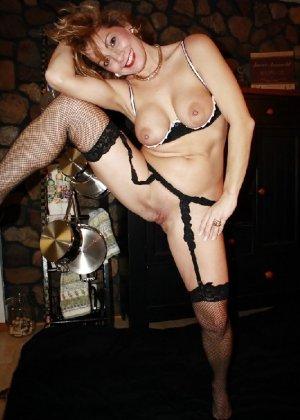 Зрелая женщина выставляет на показ свои прелести в эротическом белье - фото 29